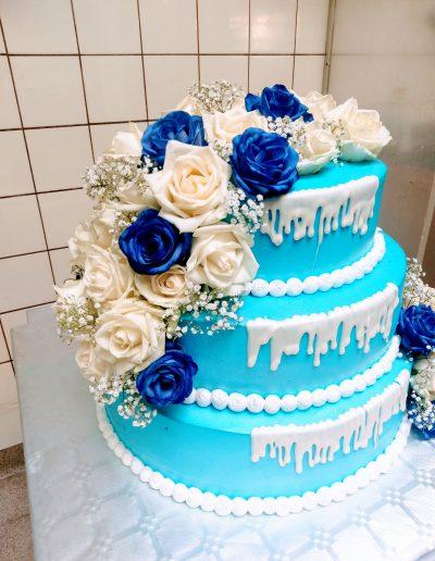 Nr.109-3-stoeckige-Hochzeits-Verlobungstorte-mit-Weiß-Blaue-Rosen-Preis-260,00