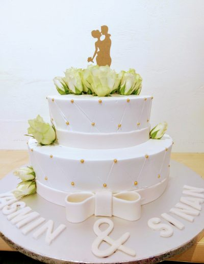 Nr.113-2 stoeckige-Hochzeitstorte-mit-weiße-Rosen-und-Topper-Preis-138,00