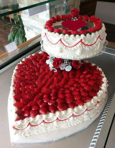 Nr.115-2-stoeckige-Torte-Hochzeit-Verlobung-mit-frischen-Erdbeeren-Preis-195,00